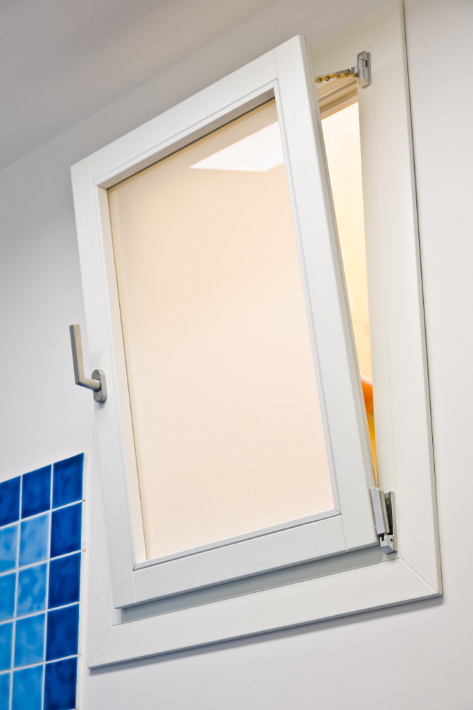 Mobili su misura photogallery infissi esterni for Finestra legno bianco